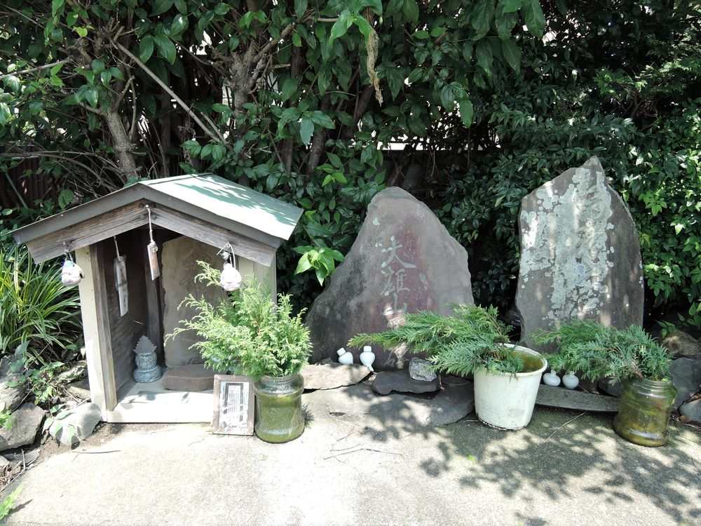 雨降山碑石と大雄山碑石