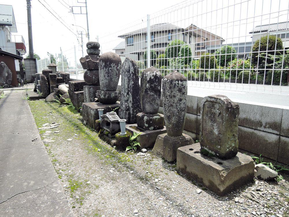 墓石と石仏