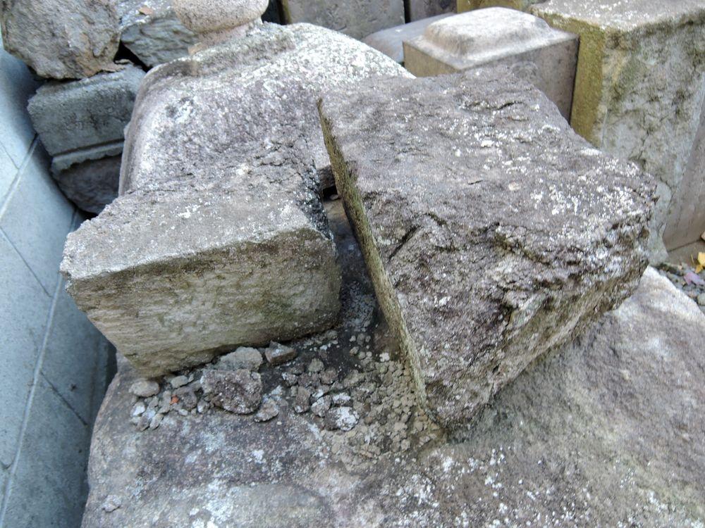 二つに割れた墓石