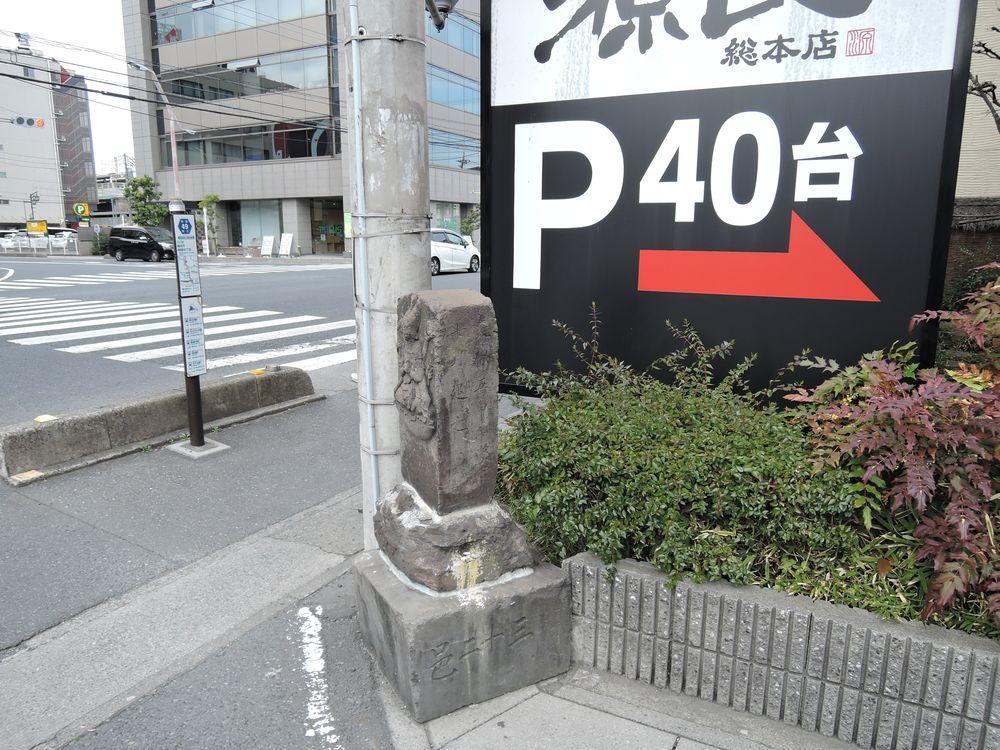 十九夜塔|新越谷駅入口信号脇