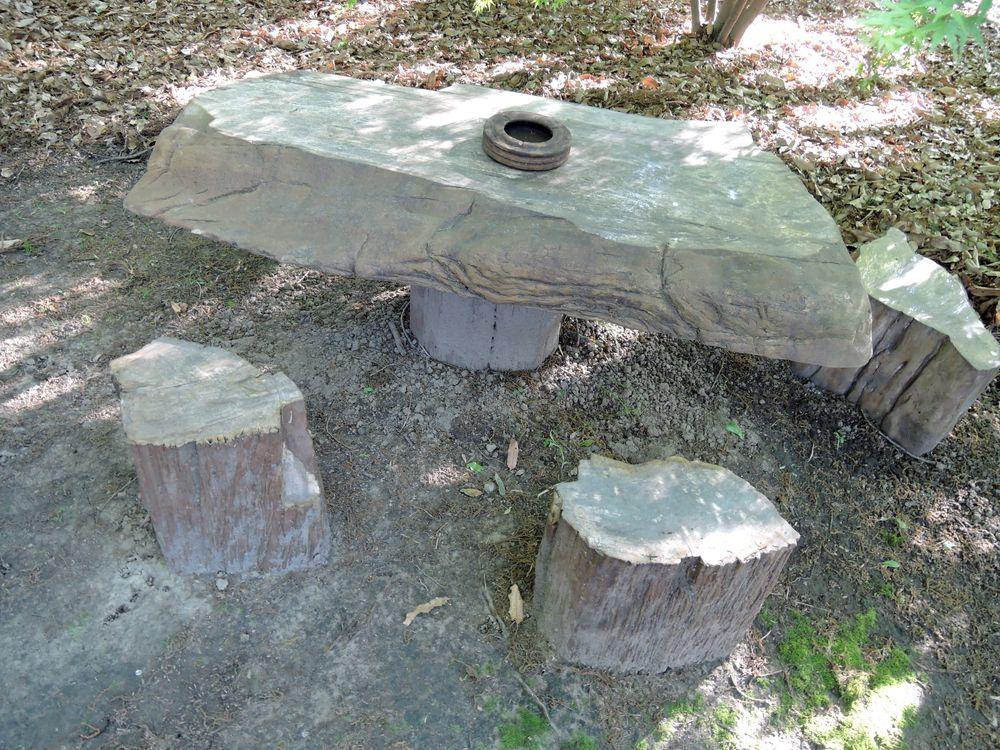ユーカリの化石で造られたテーブルと椅子