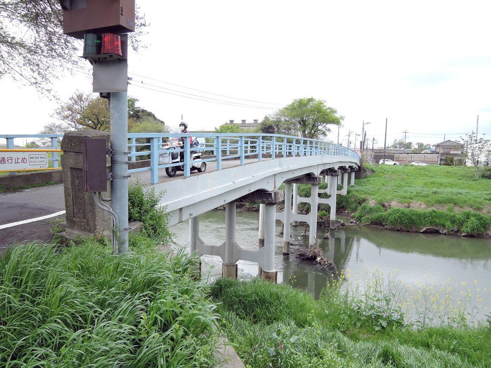 〆切橋を三輪バイクで渡るヤクルトレディ