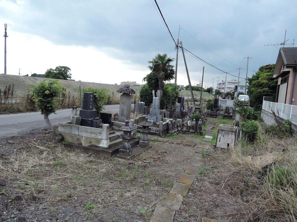 森西川自治会館横の墓地